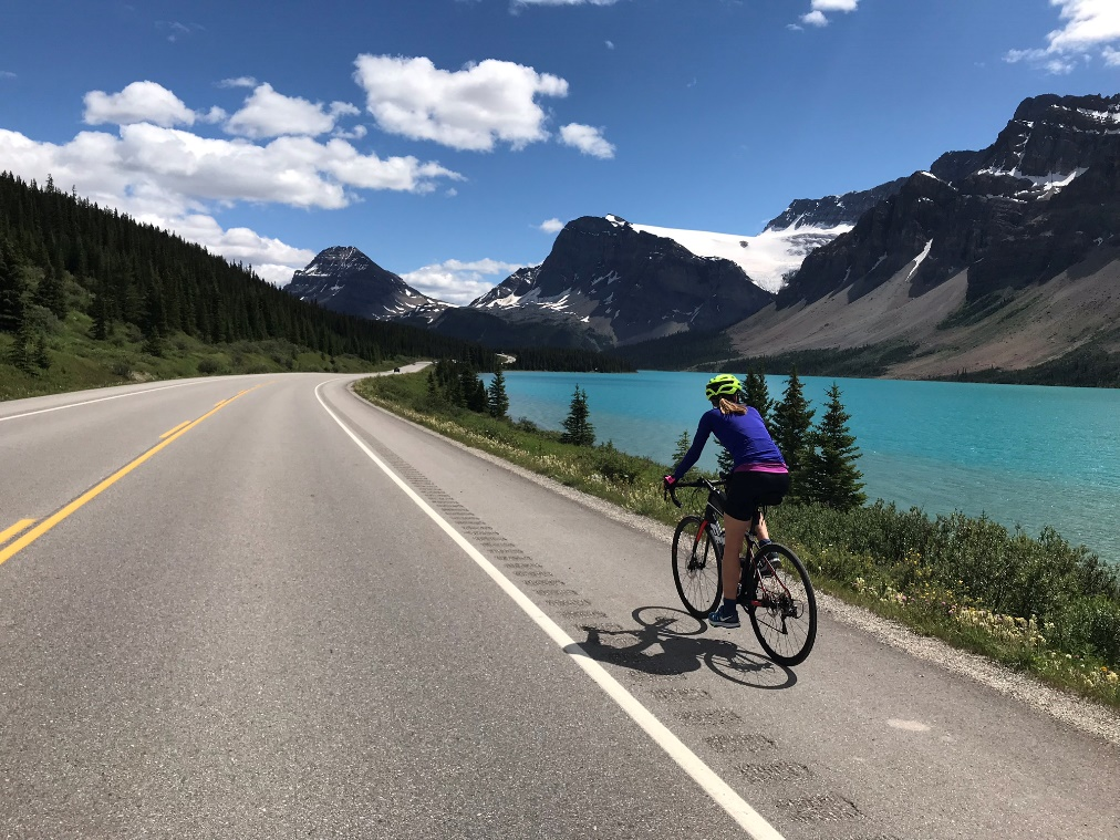 Biking along the Waterfowl Lake on a cycling tour from Bow Pass to Lake Louise