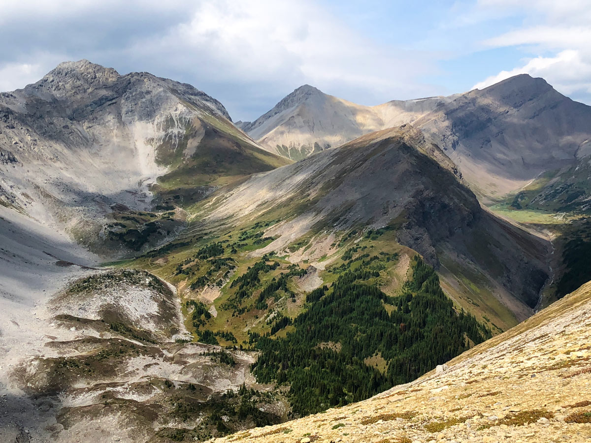 Stunning scenery of the Guinn's Pass Hike in Kananaskis, near Canmore