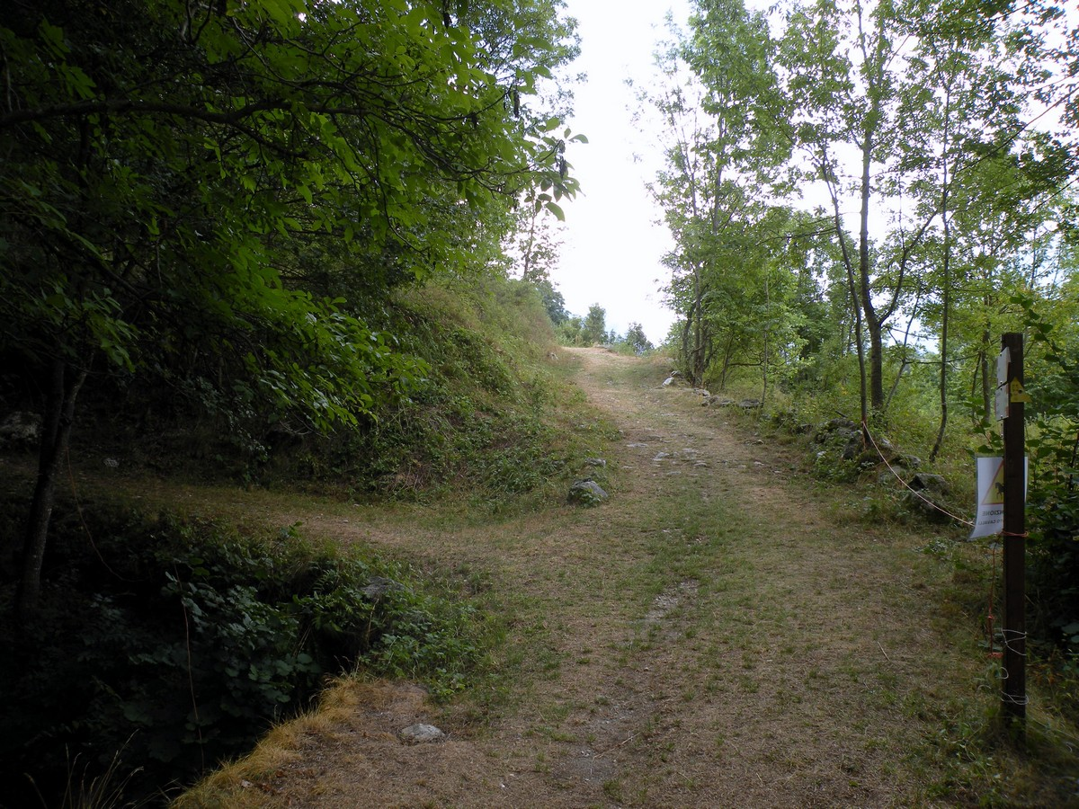 The crossroad to Stramondin path on the left on the Gorge Della Reina Hike in Alpi Marittime National Park, Italy