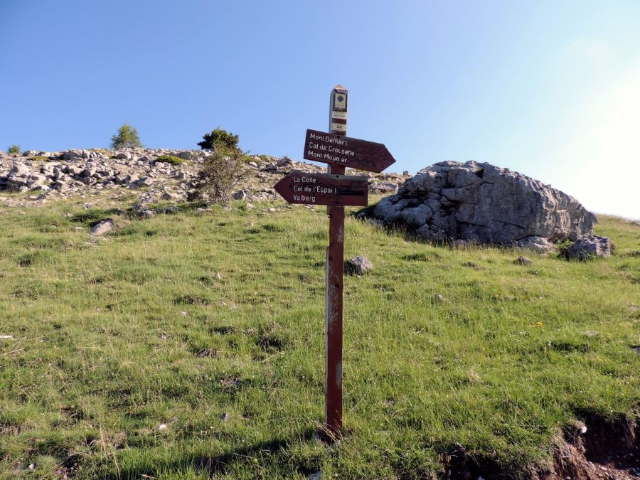 The crossroad to Beuil on the Le Mont Mounier Hike in Mercantour National Park, France