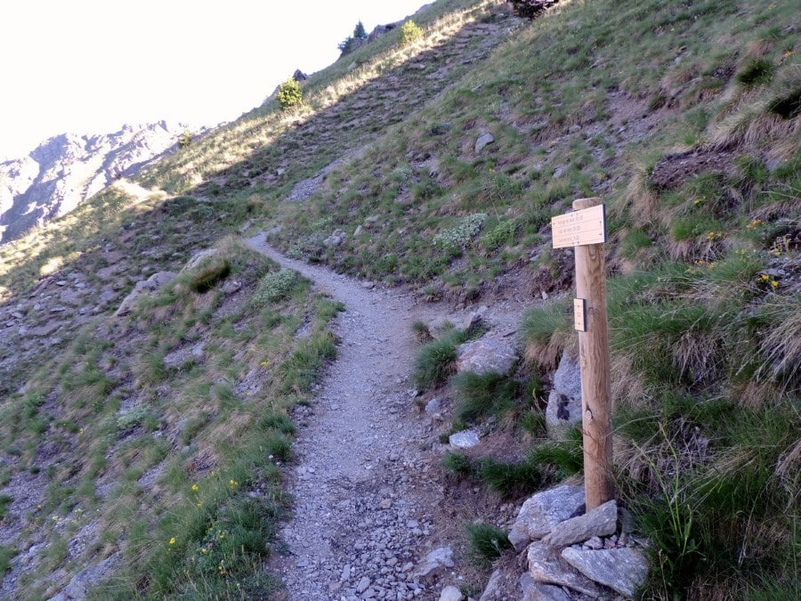 The crossroad to the direct path on the Lacs de Vens Hike in Mercantour National Park, France