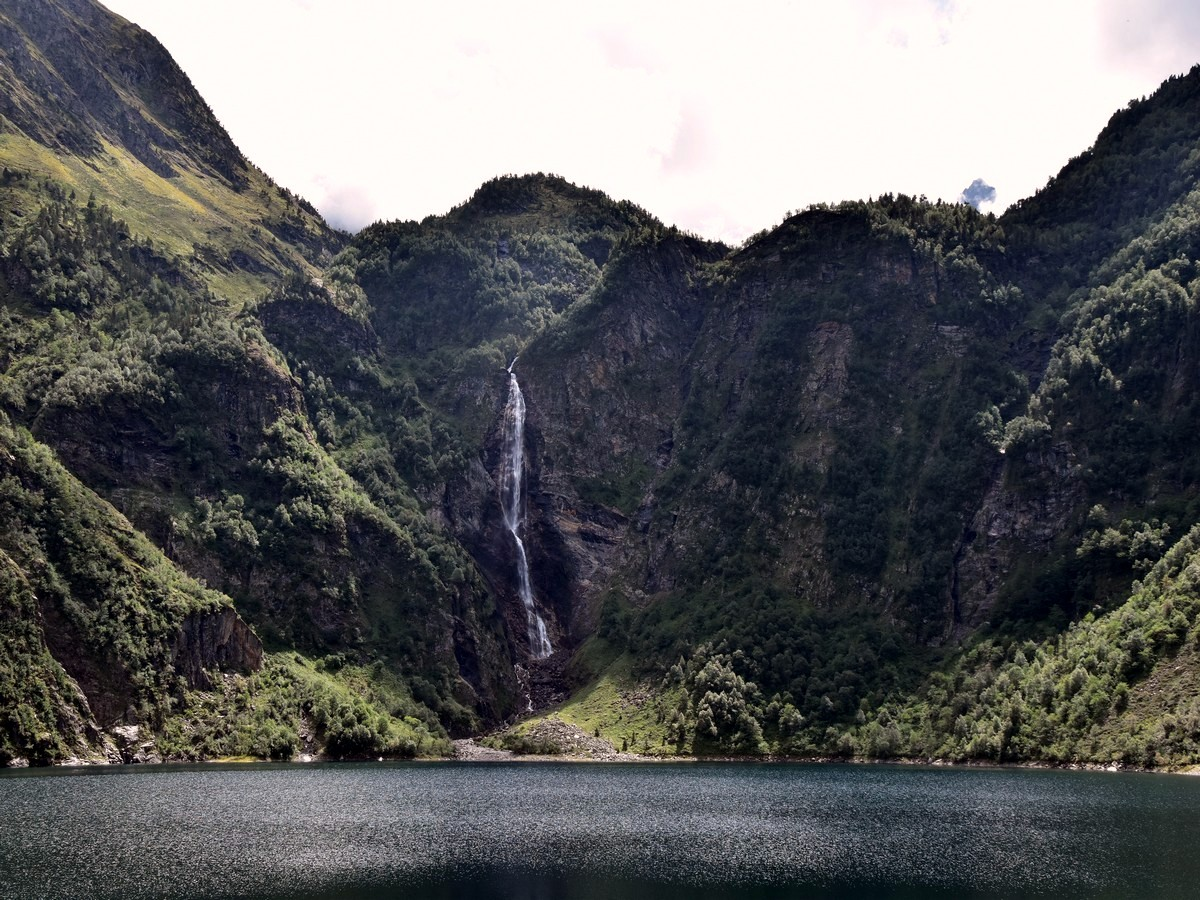 Lac d'Oô and waterfall hike in Pyrenees