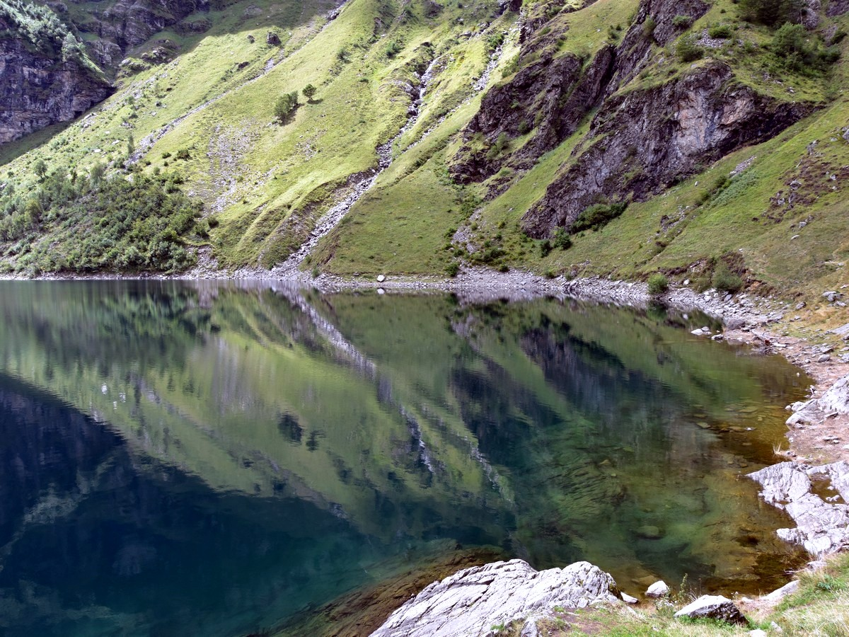 Lac d'Oô hiking trail in Pyrenees