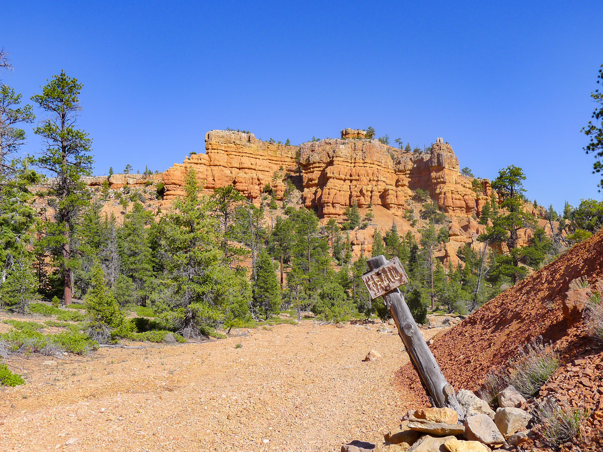 Trail along the wash back on Golden Wall / Castle Bridge Loop trail hike in Bryce Canyon National Park