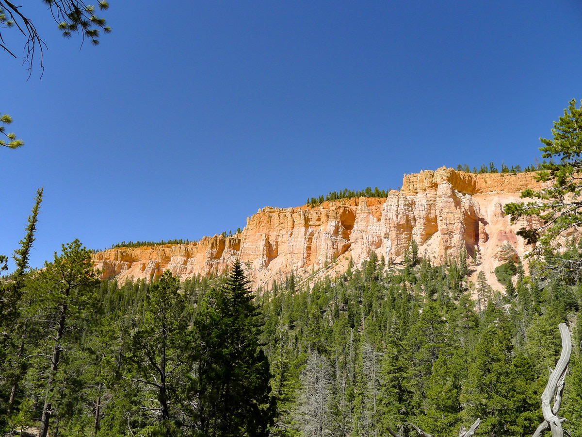 Cliffs on Cassidy trail hike in Bryce Canyon National Park