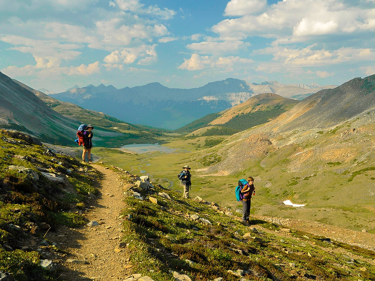 Hiking with family on Skyline backpacking trail in Jasper National Park