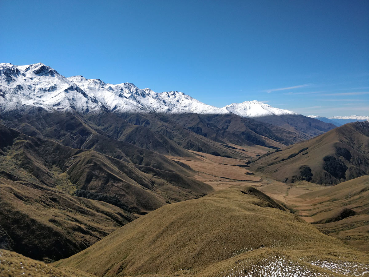 Snow Line on the mountains along Te Araroa trail trekking in New Zealand